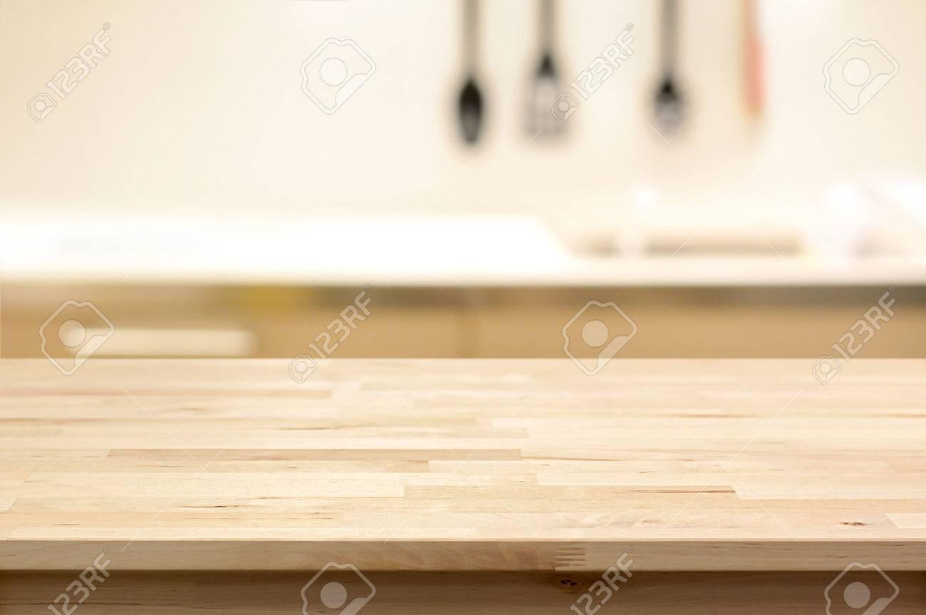 Piano in legno tavolo (come cucina ad isola) su cucina sfocatura sfondo -  può essere utilizzato per la visualizzazione o montaggio vostri prodotti
