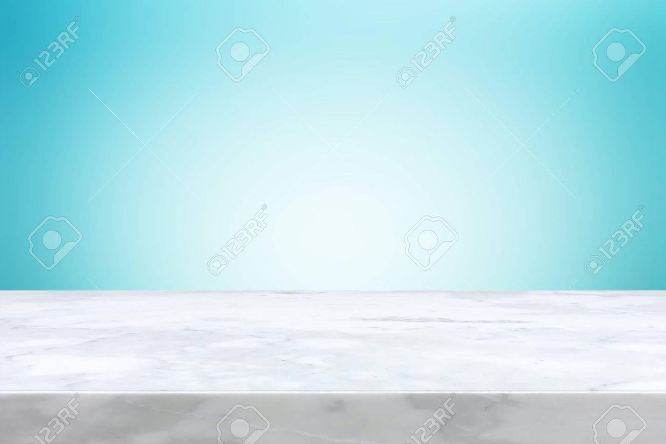 Immagini Stock Piano Tavolo In Pietra Su Sfondo Azzurro Sfumato