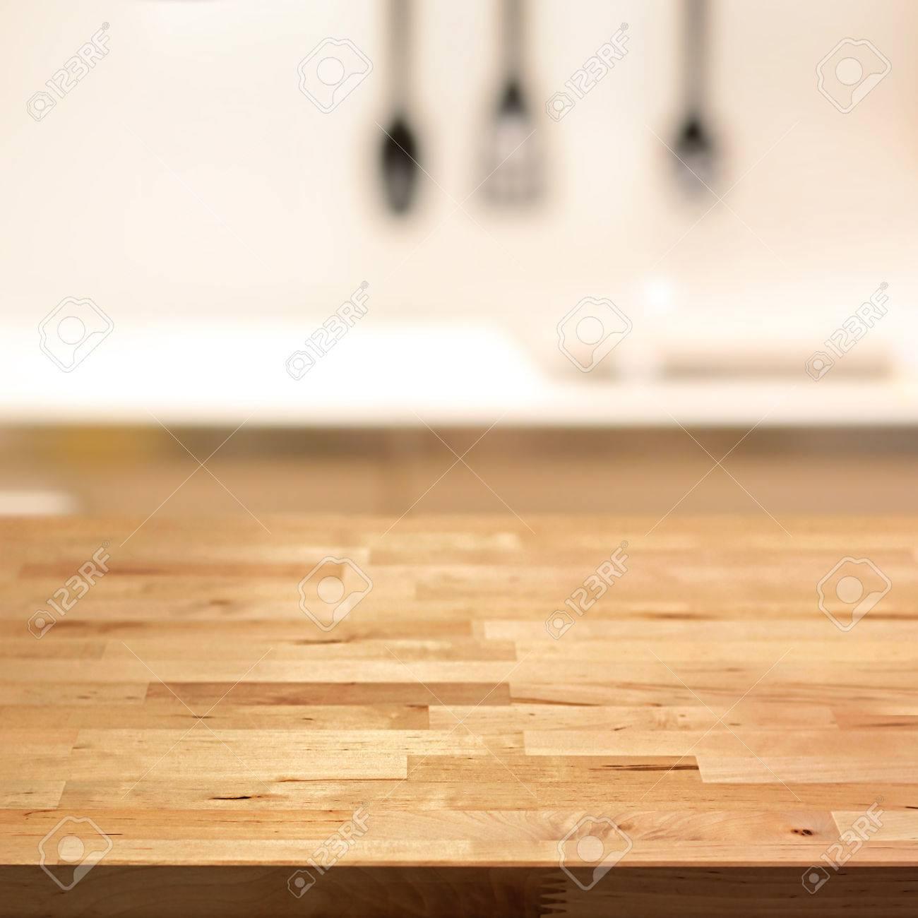 Immagini Stock - Piano Tavolo In Legno (isola Cucina) Su Sfocatura ...