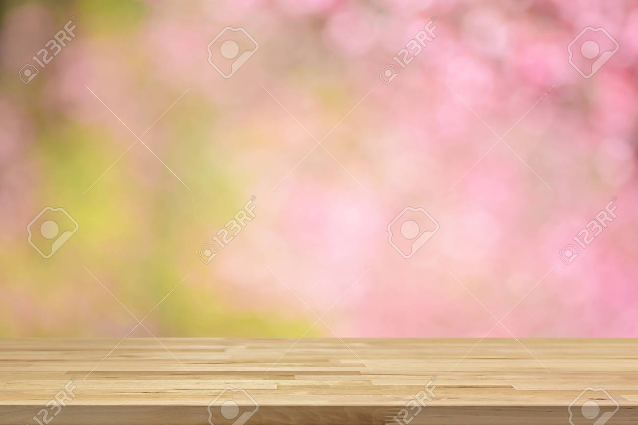 Tavolo In Legno Di Ciliegio.Tavolo In Legno Su Sfondo Sfocato Di Fiori Rosa Fiori Di Ciliegio Puo Essere Utilizzato Per La Visualizzazione O Il Montaggio Dei Vostri Prodotti