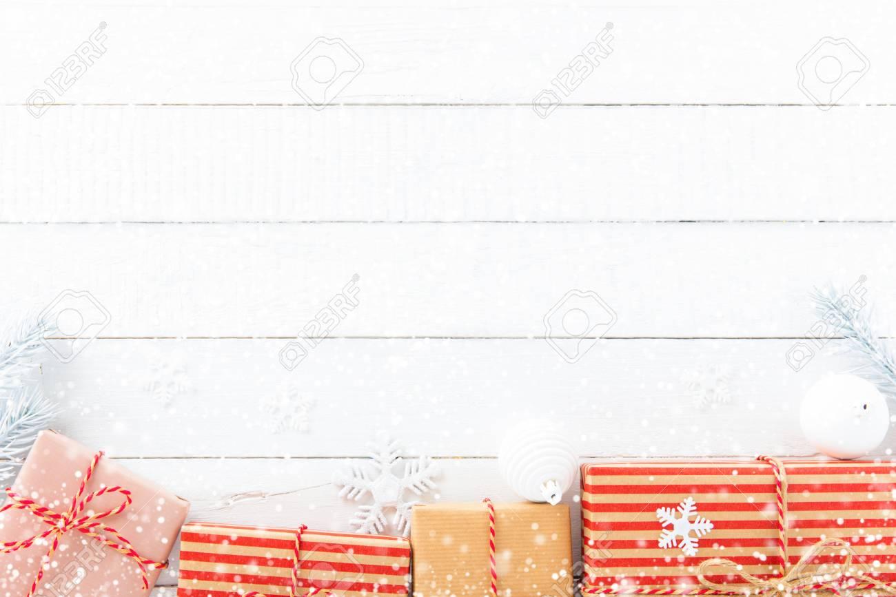 Geschenk-Boxen Und Weihnachtsschmuck Auf Weißen Holz Hintergrund ...