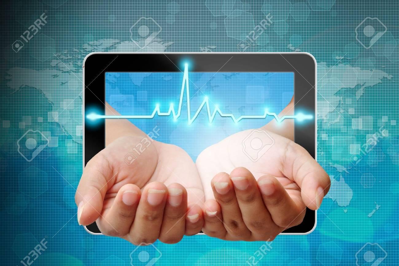 Électrocardiogramme à portée de main poussant hors du Tablet PC Banque d'images - 15115191