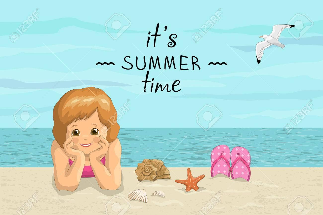 Foto Divertenti Bambini Al Mare estate mare spiaggia vacanza con la scritta. È estate. bambini sorridenti  ragazza sdraiata sulla riva del mare