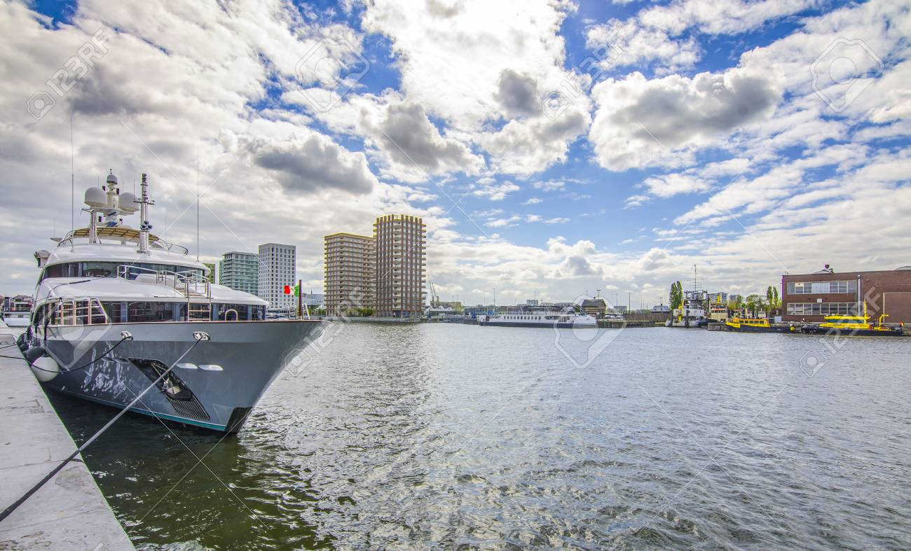 Haven Van Huizen : Antwerpse haven jacht op de achtergrond van huizen belgië