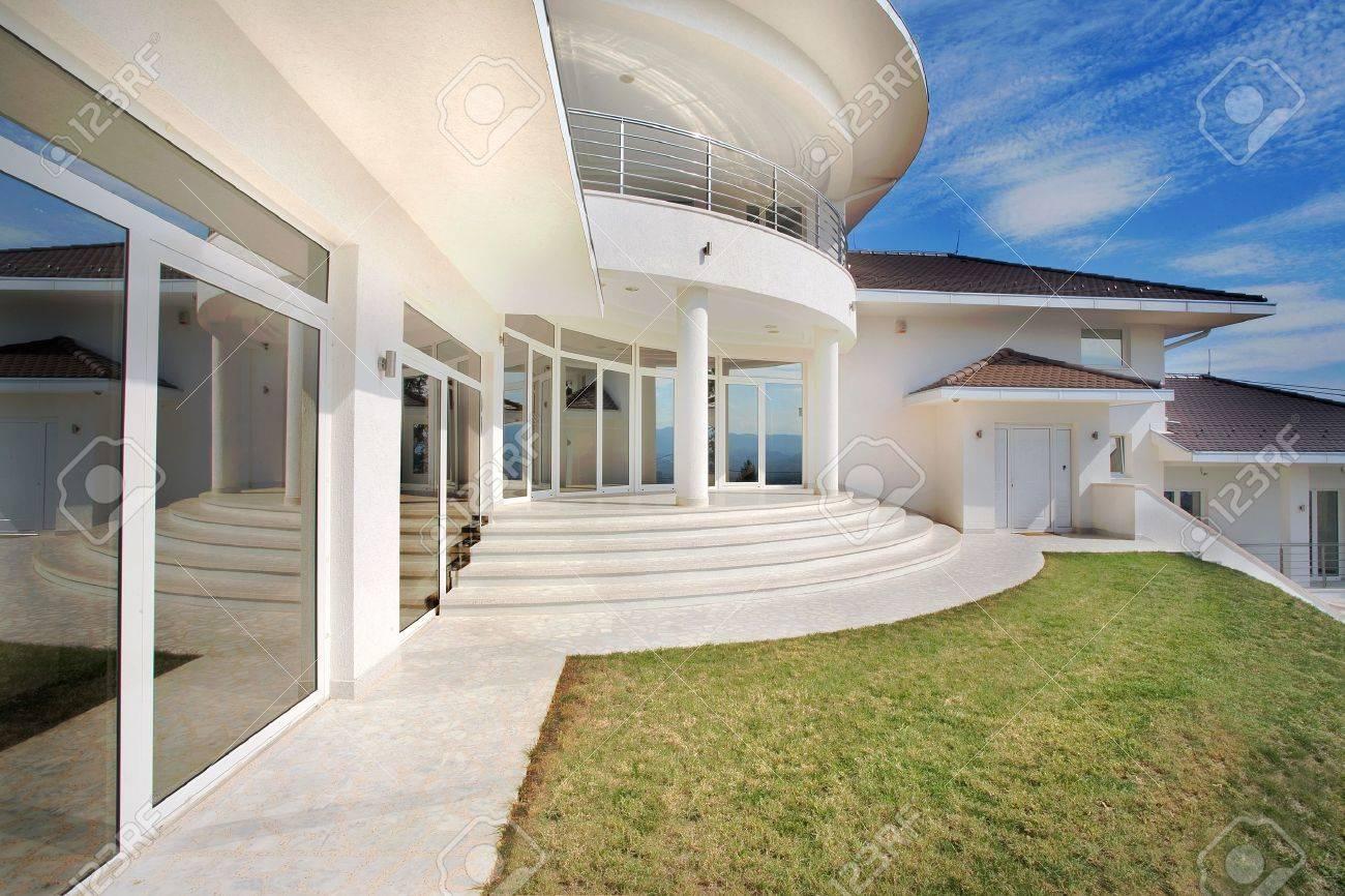 Casa Moderna Architettura Casa Exterior, Grandi E Costose. Foto ...