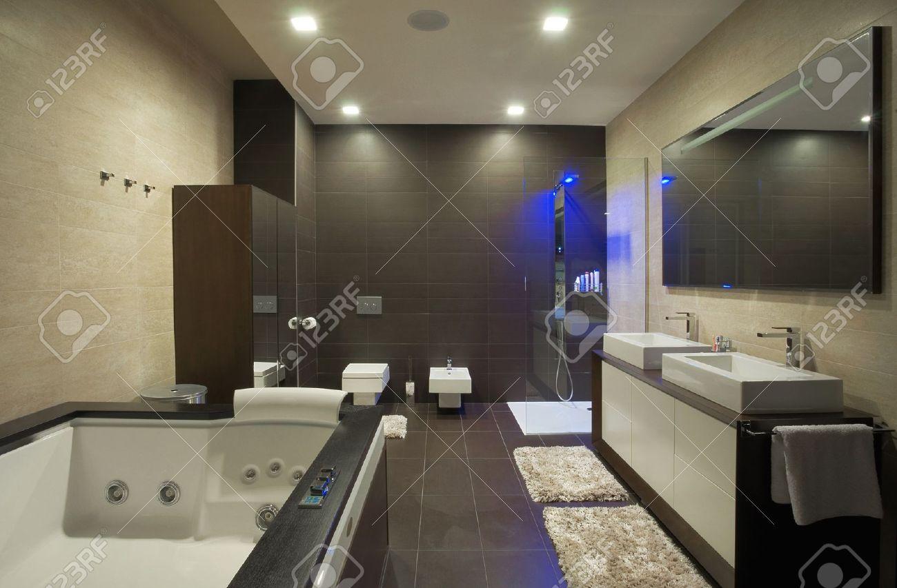 Banque d\u0027images , Maison moderne intérieur de salle de bains avec mobilier  simple et onéreux.