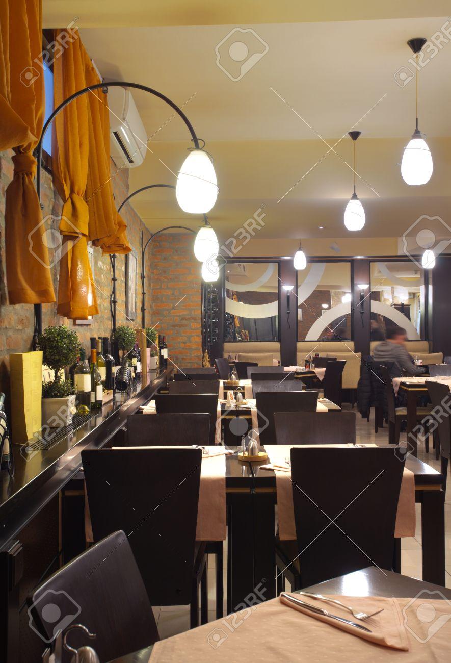 tavoli, sedie, muro di mattoni e apparecchiature di illuminazione ... - Tavoli Sedie Ristorante