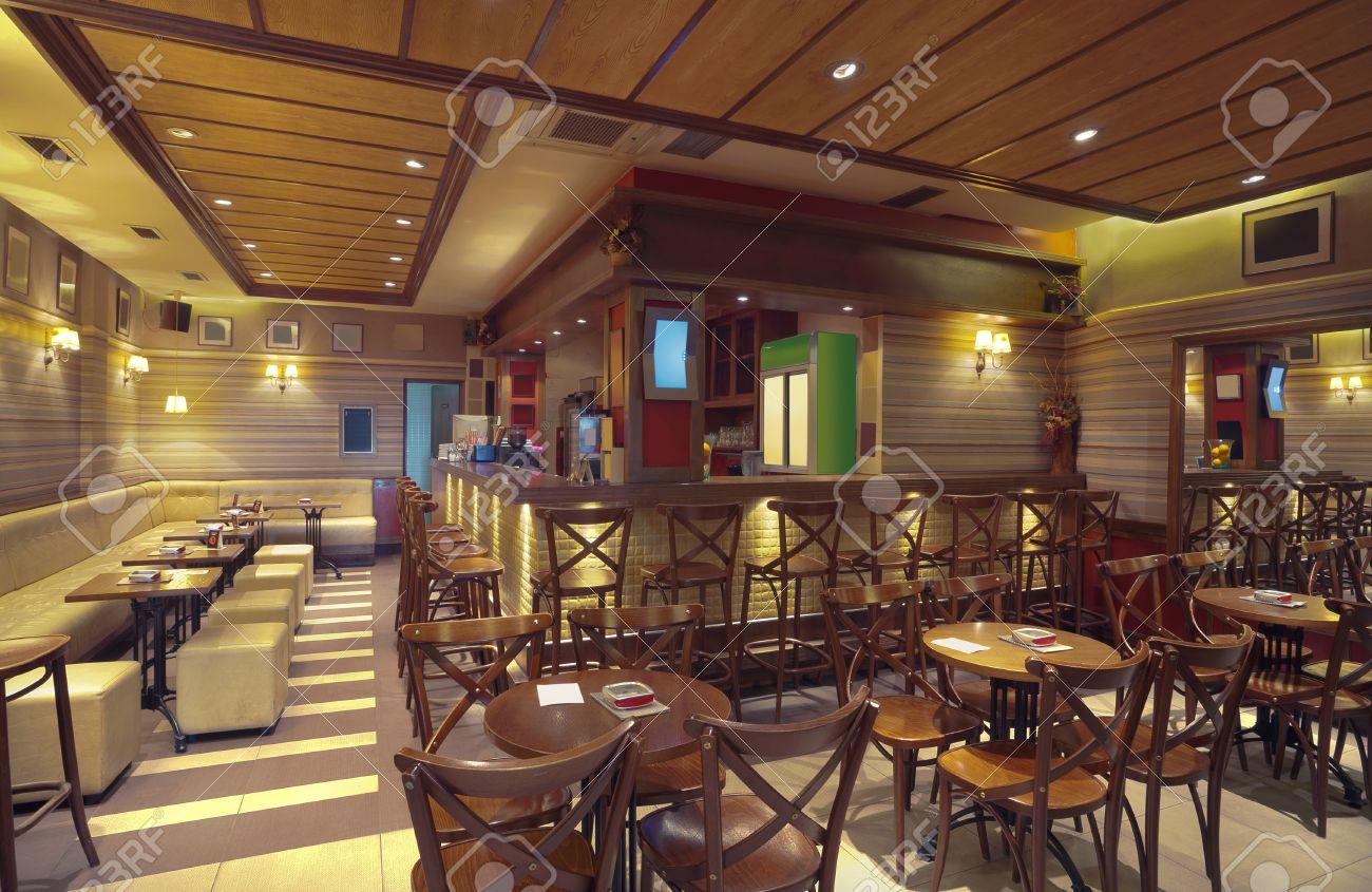 Cafe Einrichtung Mit Holzmobeln Ausrustung Fur Die Beleuchtung Und