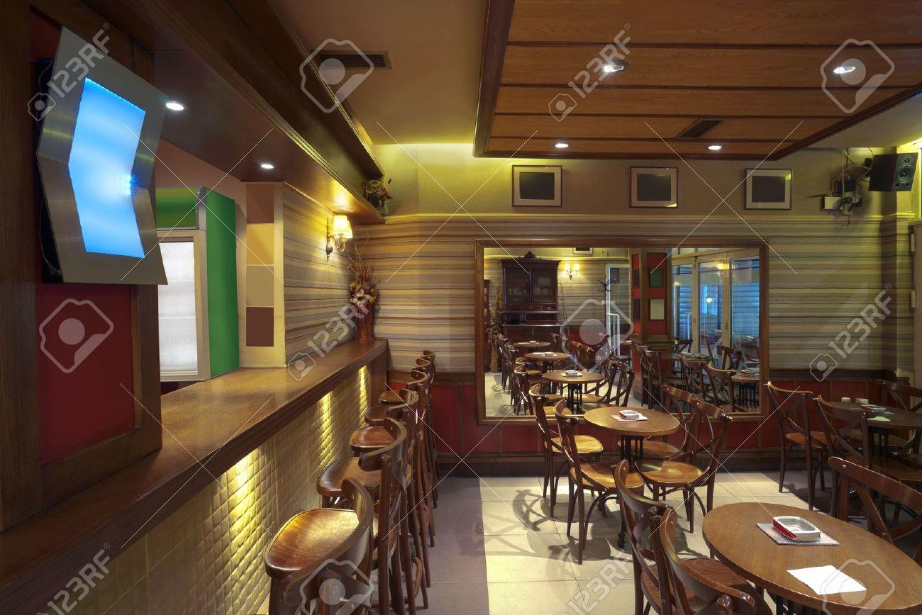 Immagini stock interno del caffè con mobili in legno