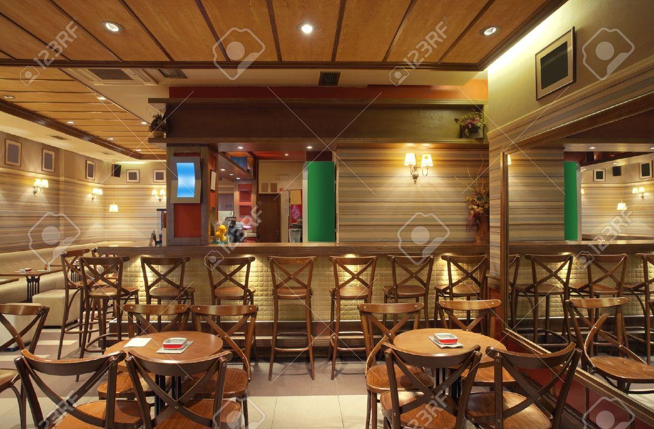 Cafà interieur met houten meubelen verlichtingsartikelen en