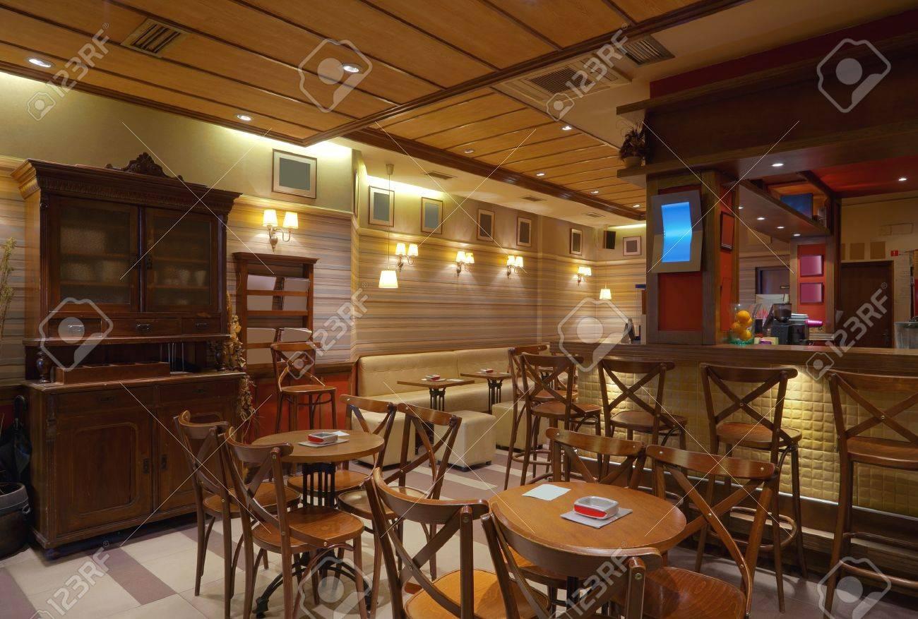 Illuminazione Con Legno : Immagini stock interno del caffè con mobili in legno