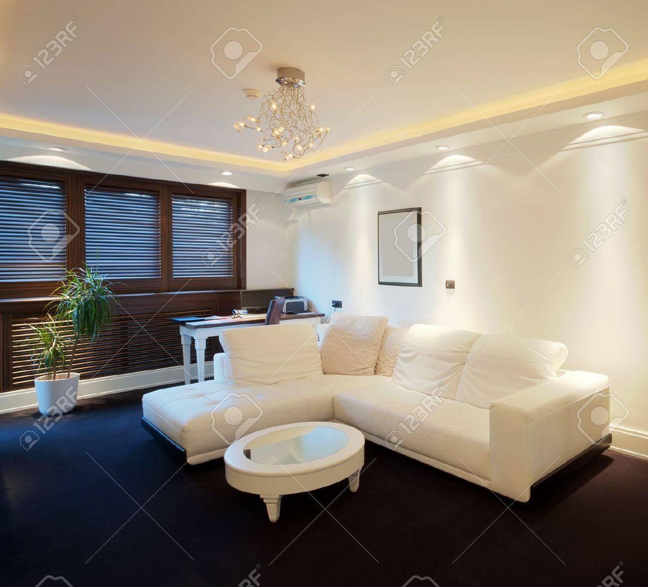 Intérieur d\'un appartement hôtel avec des meubles, design contemporain  moderne.