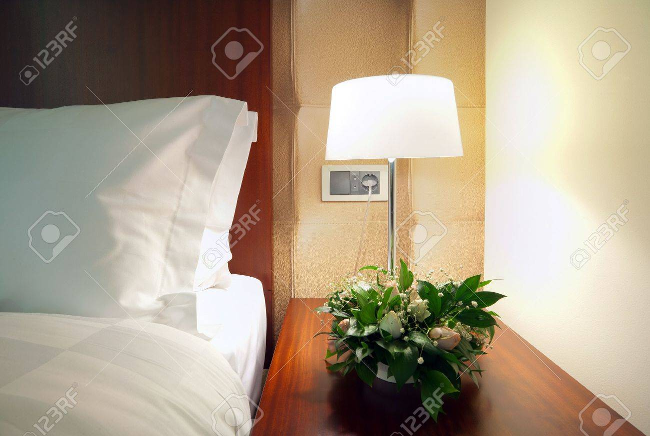 détail d'un coin chambre, la lampe à côté du lit. banque d'images et