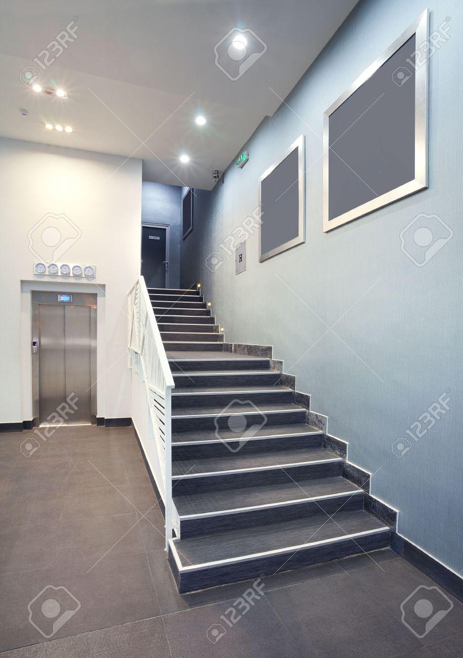 interior de una sala de diseo del edificio las escaleras del hotel moderna