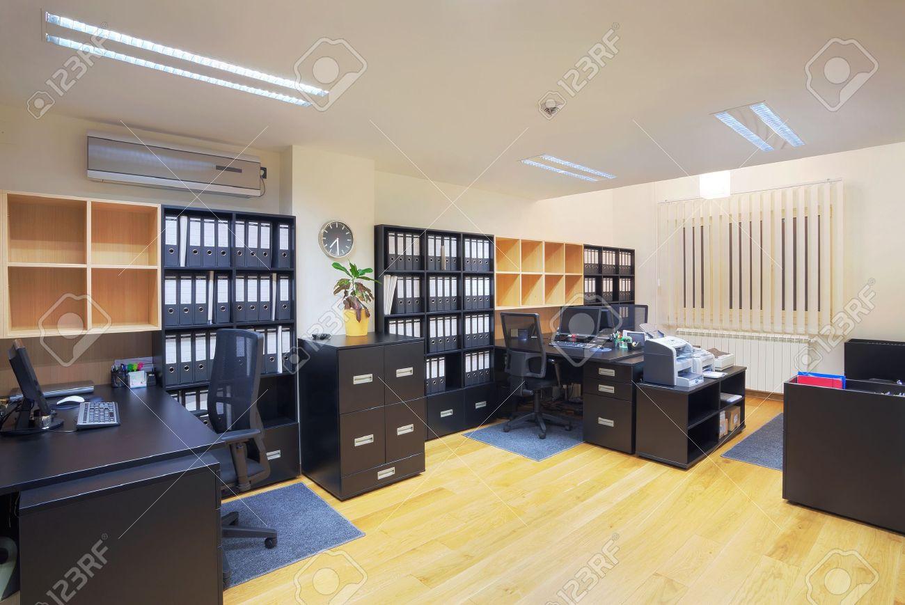 Interior Eines Büros, Modernes Design, Einfache Möbel. Lizenzfreie ...