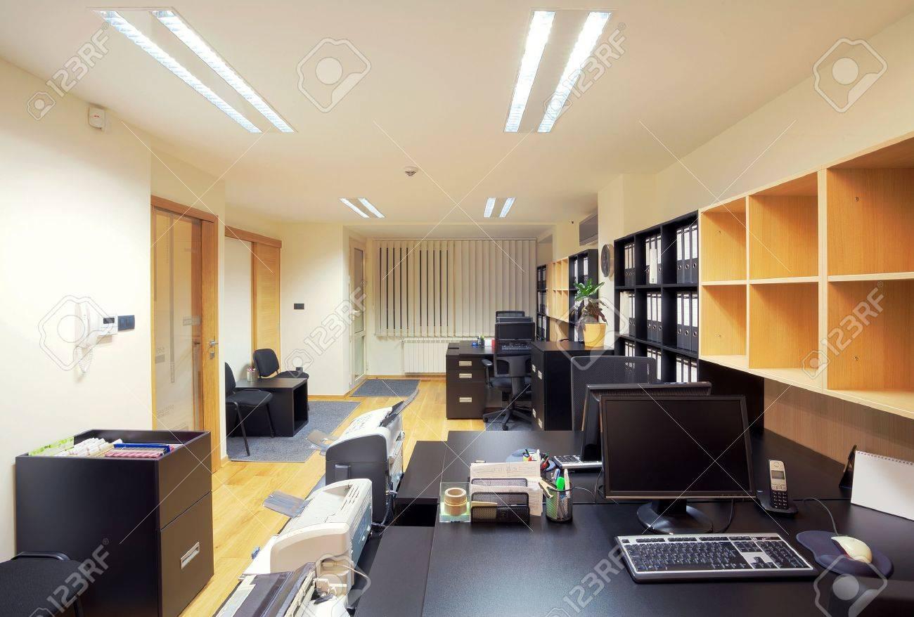 Interieur Eines Büros, Modernes Design, Einfache Möbel. Lizenzfreie ...