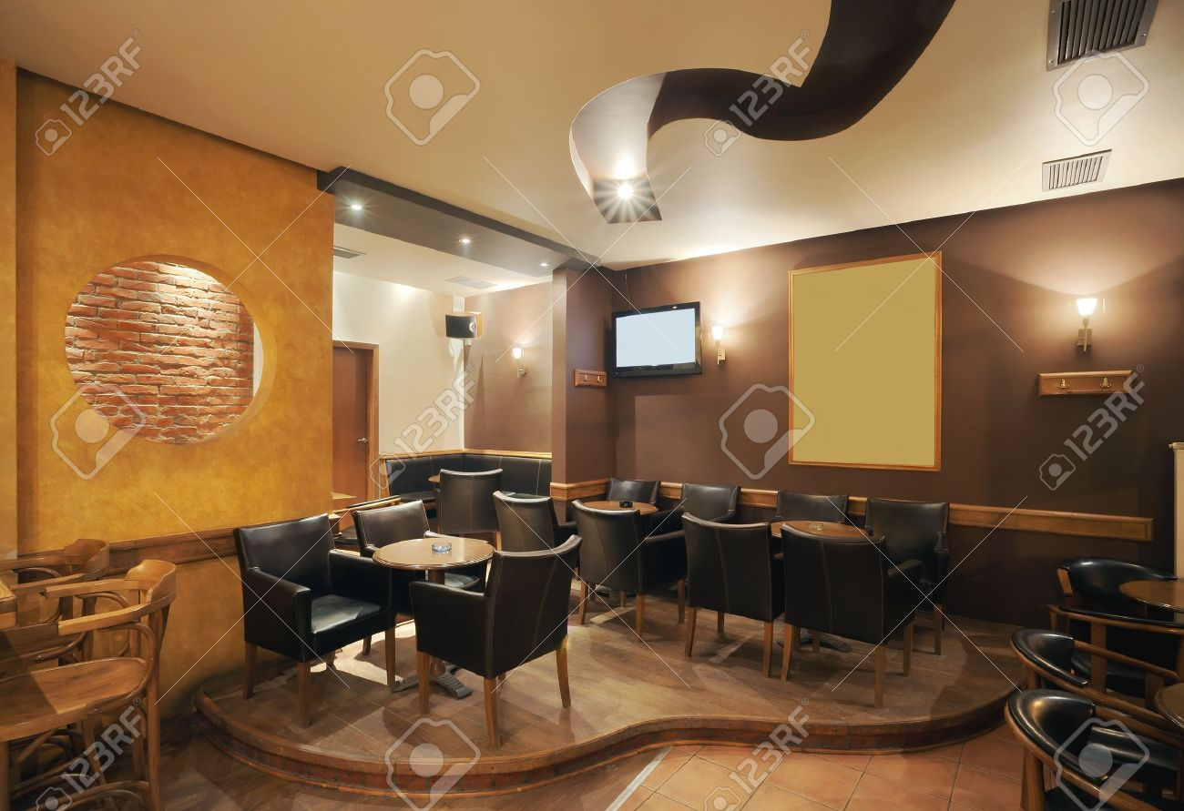 Intérieur café moderne et simple avec des meubles classiques en bois.