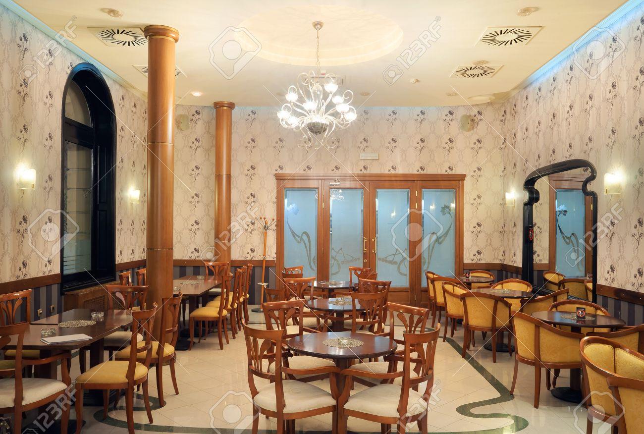 Interieur Eines Restaurants, Vintage-Stil, Holz-Möbel-Klassiker ...