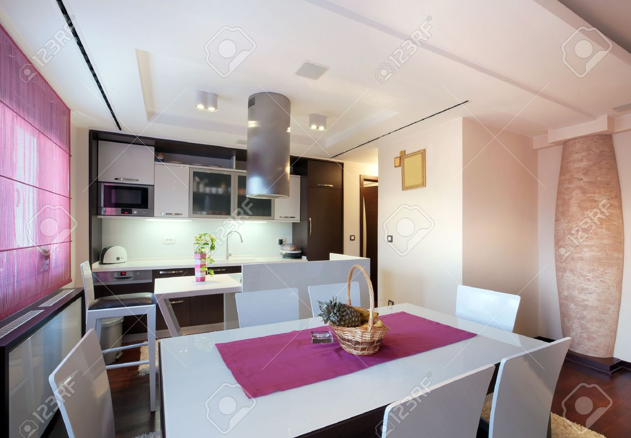 Interieur Maison Modern : Interior of a modern home view on dining room and kitchen stock