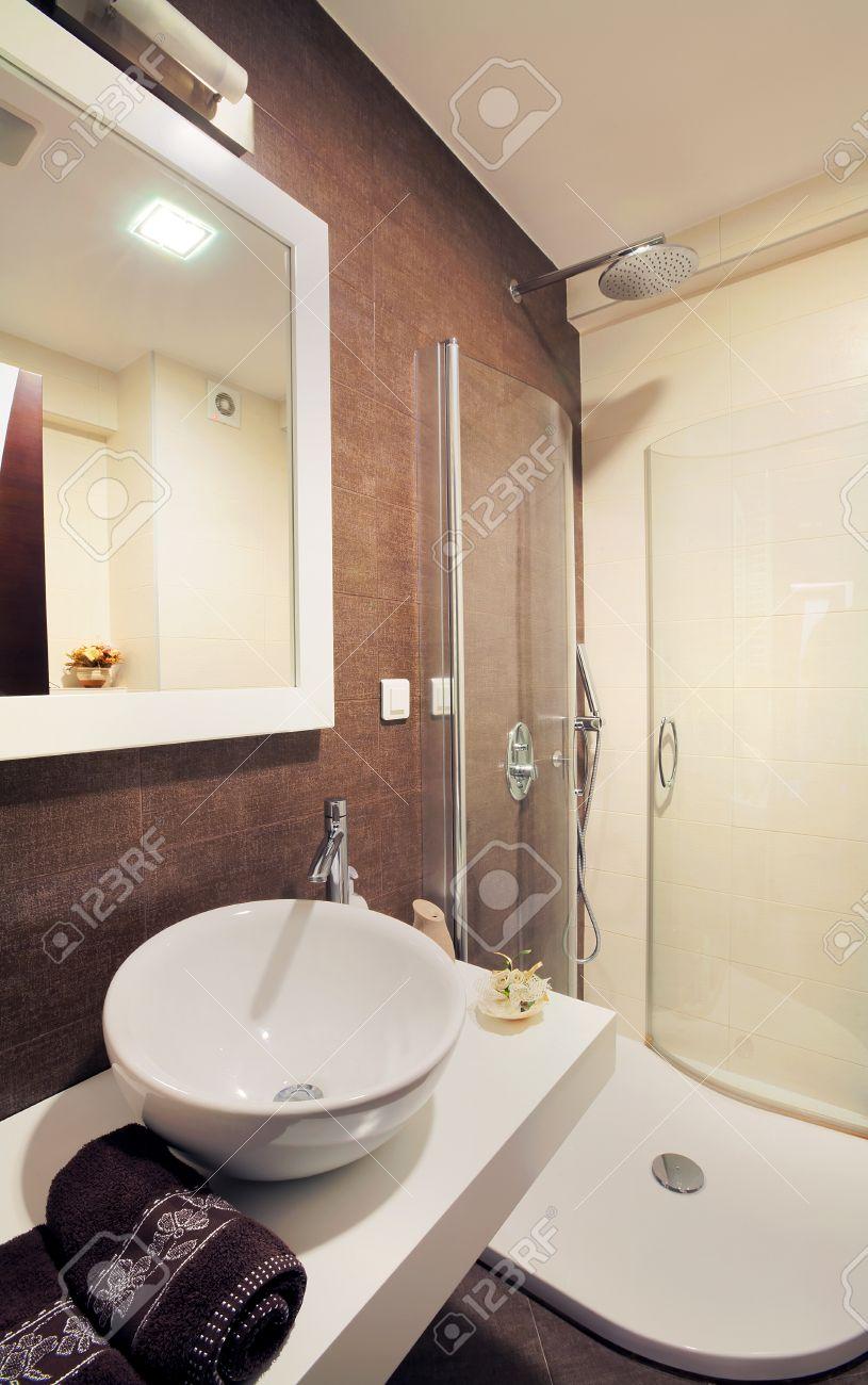 interno di un bagno moderno di piccole dimensioni. foto royalty ... - Bagni Moderni Piccole Dimensioni