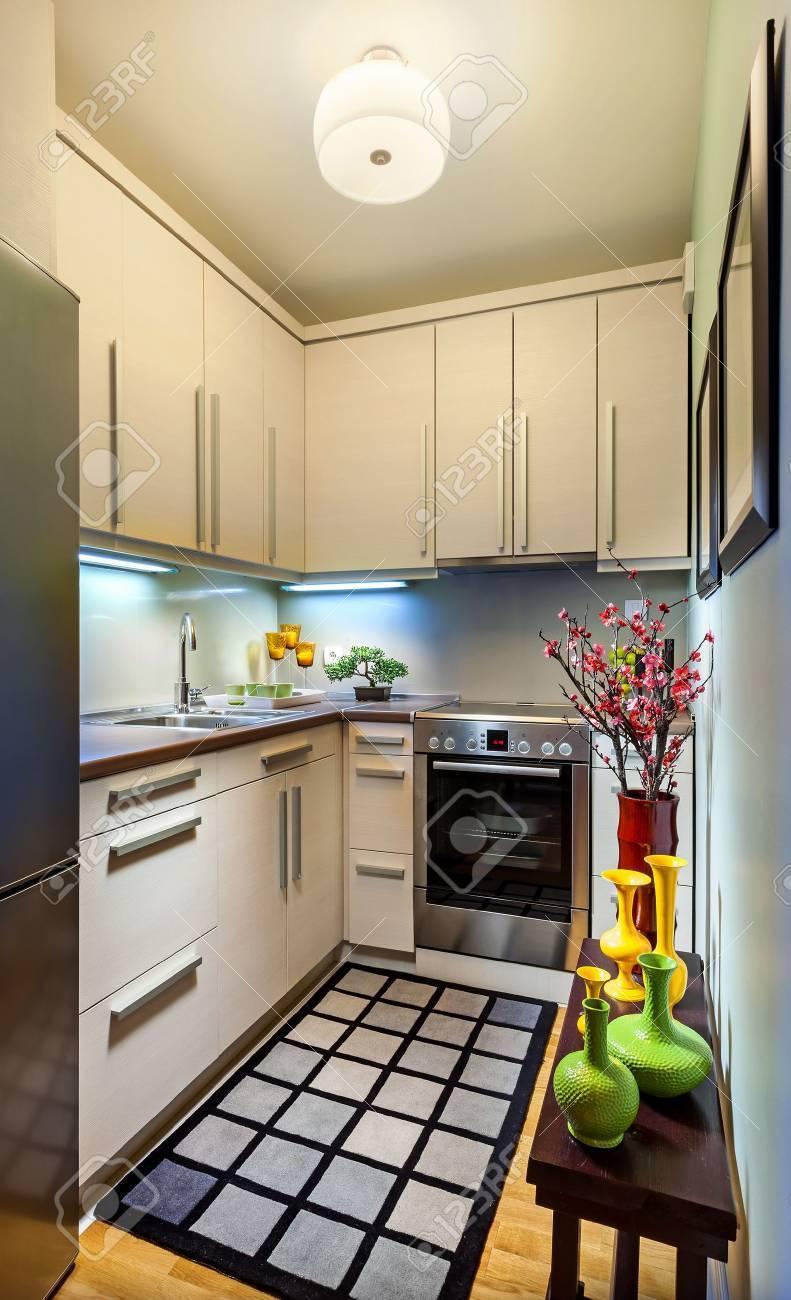 Intérieur d\'une petite cuisine moderne.