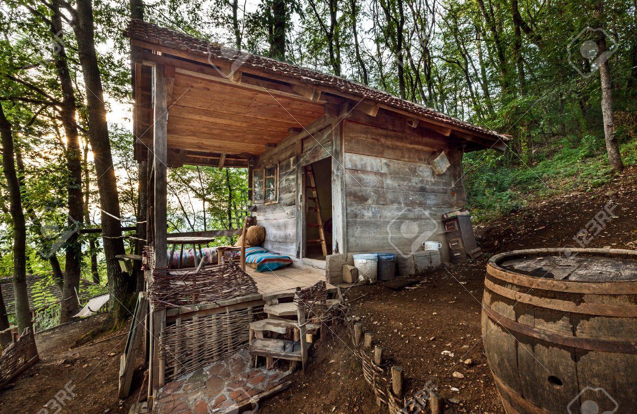 casa de madera en el bosque la casa hecha de materiales naturales foto de