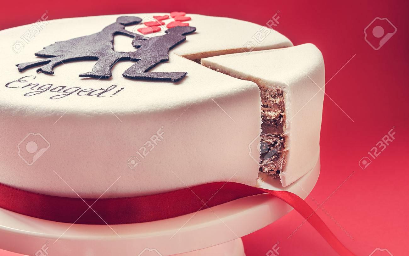 Standard Bild   Weiße, Runde Kuchen Auf Rotem Hintergrund, Mit Männlichen  Und Weiblichen Silhouette Der Zucker An Der Spitze Verziert