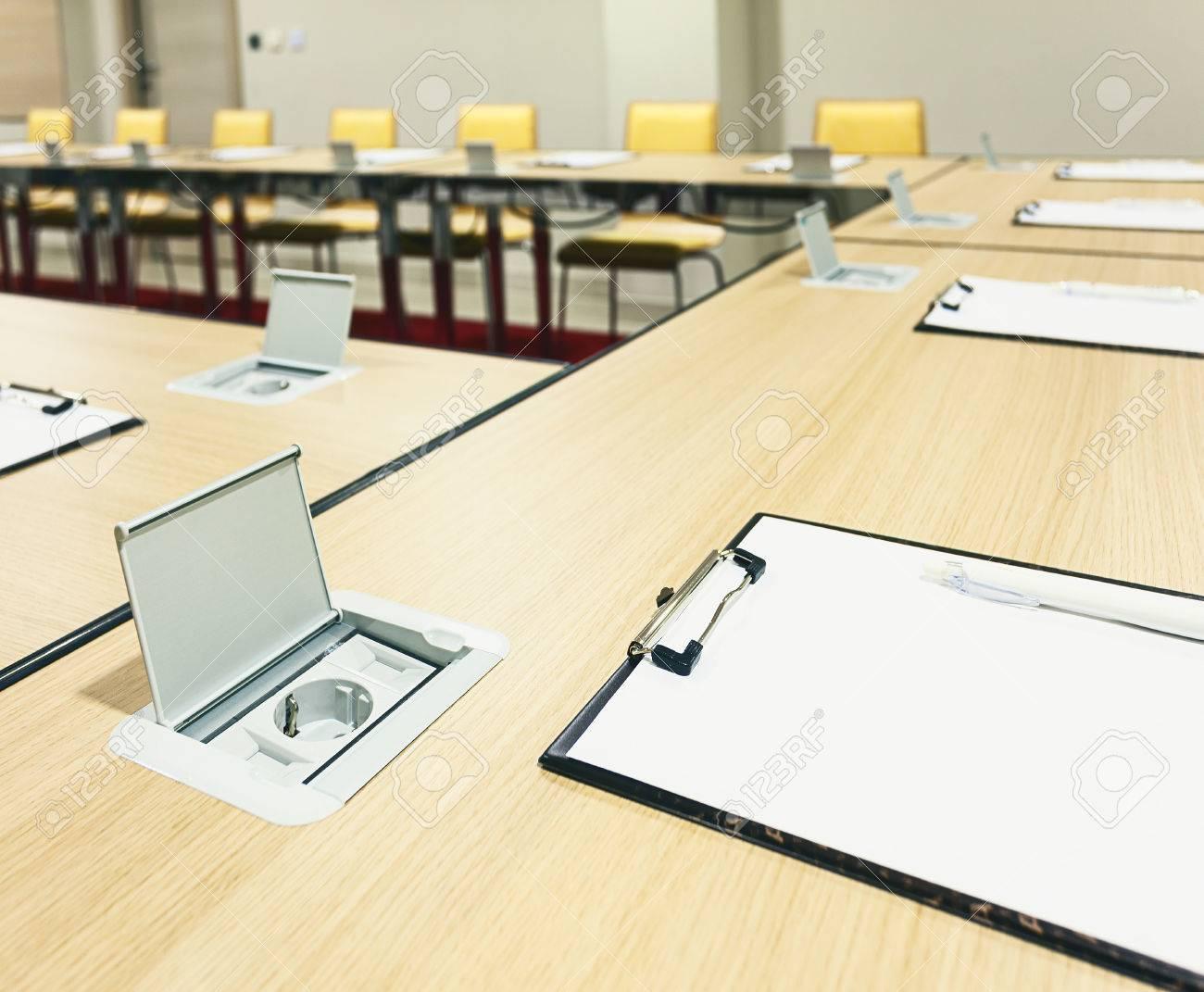 内蔵電源のモダンな会議室テーブルのインテリアを提供します