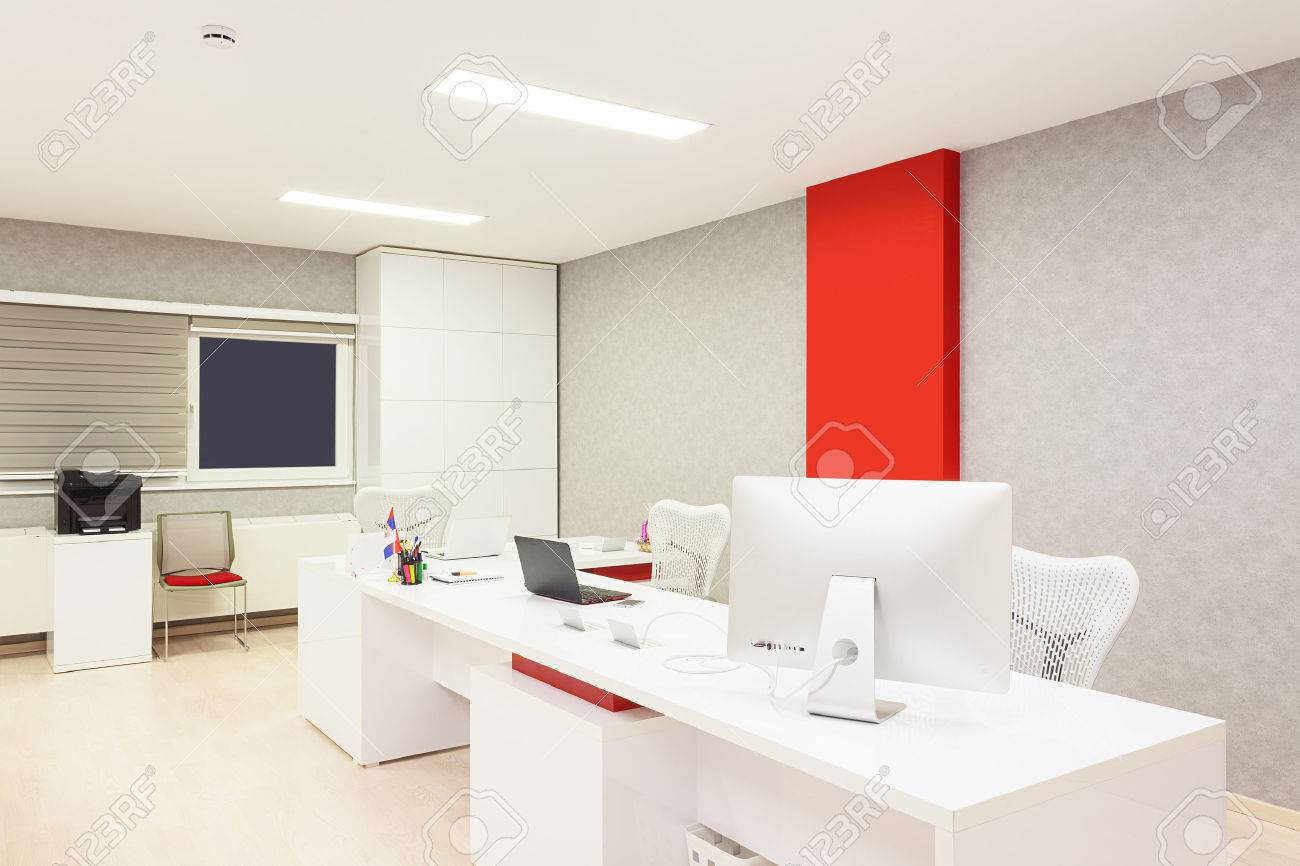 Intérieur dun simple bureau moderne avec des équipements et des