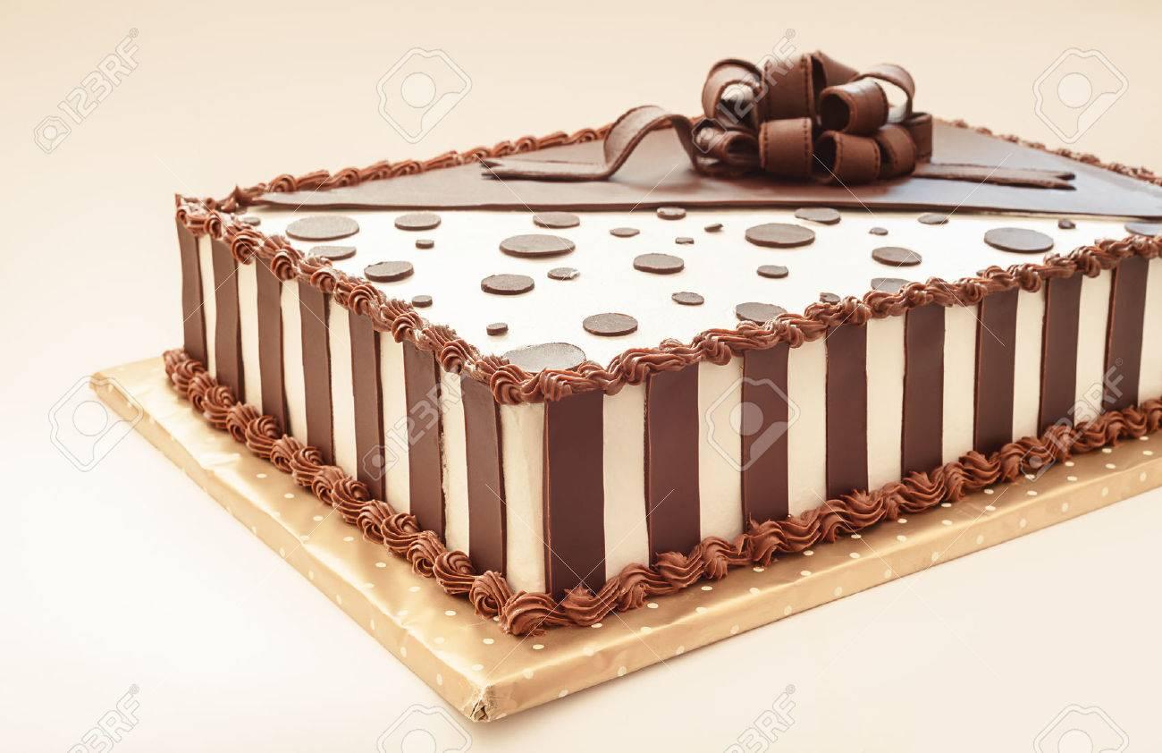 Torta De Chocolate En El Fondo Blanco Detalles De Decoración