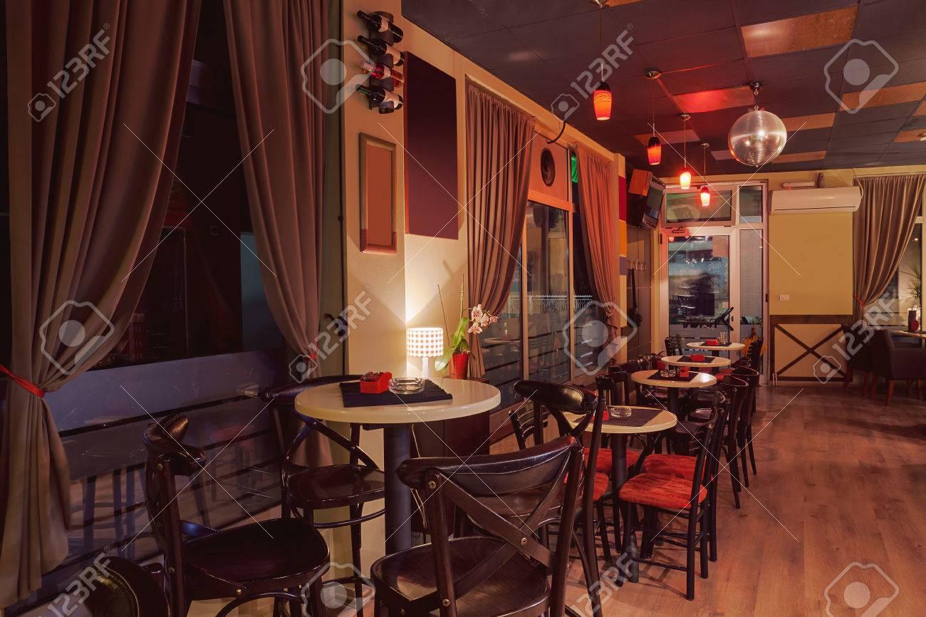 Innenraum Eines Modernen Café Im Retro-Stil, Nacht-Szene ...