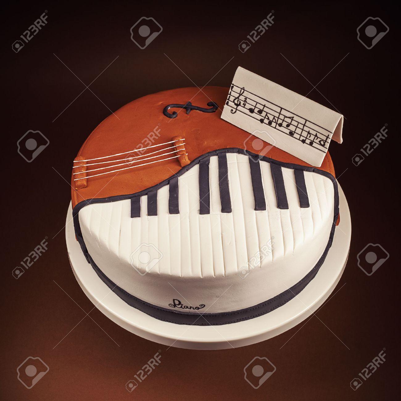 tarta de cumpleaos decorado con pasta de azcar redondeado presentacin de los