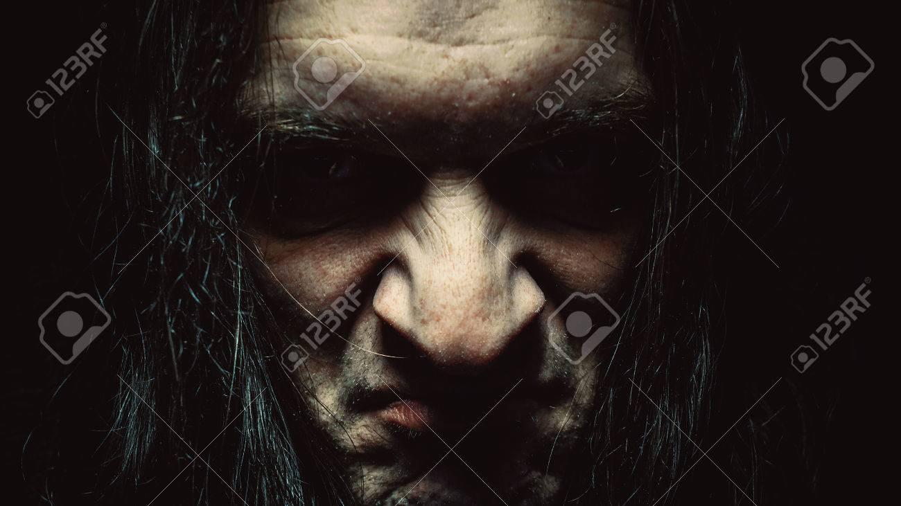 男は、深刻なと怒りと憎しみの表情でいっぱいの肖像画。 の写真素材 ...