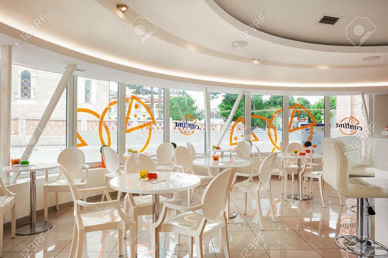 Innenraum Eines Modernen Café-Bar, Weiß Futuristische Möbel Mit ...
