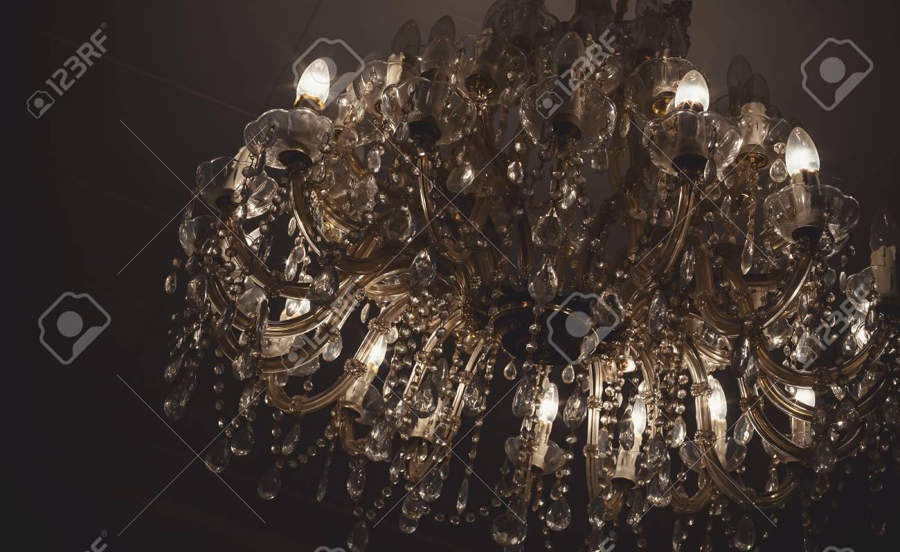 Kronleuchter Mit Glühbirnen ~ Kronleuchter details vintage stil mit vielen kristallteilen und