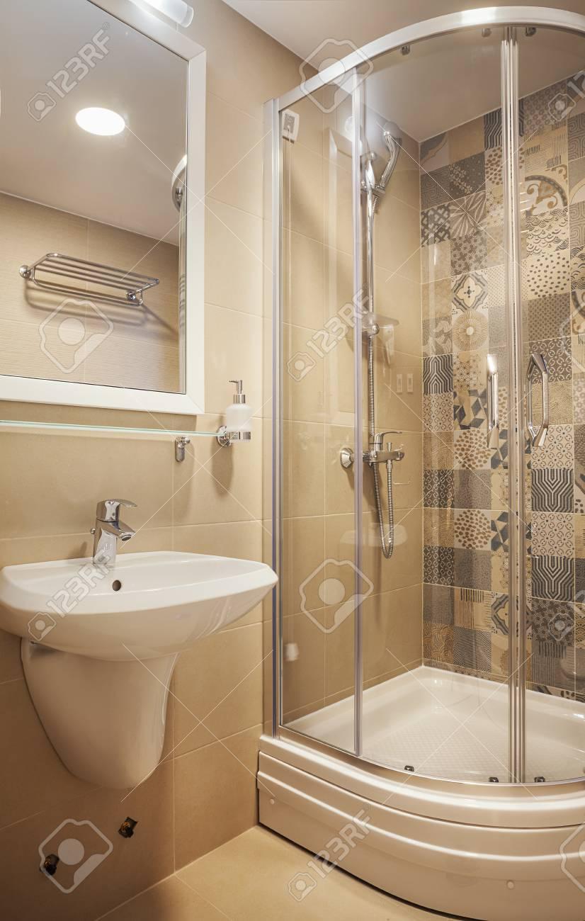 Intérieur d\'une petite salle de bains d\'hôtel, design moderne.