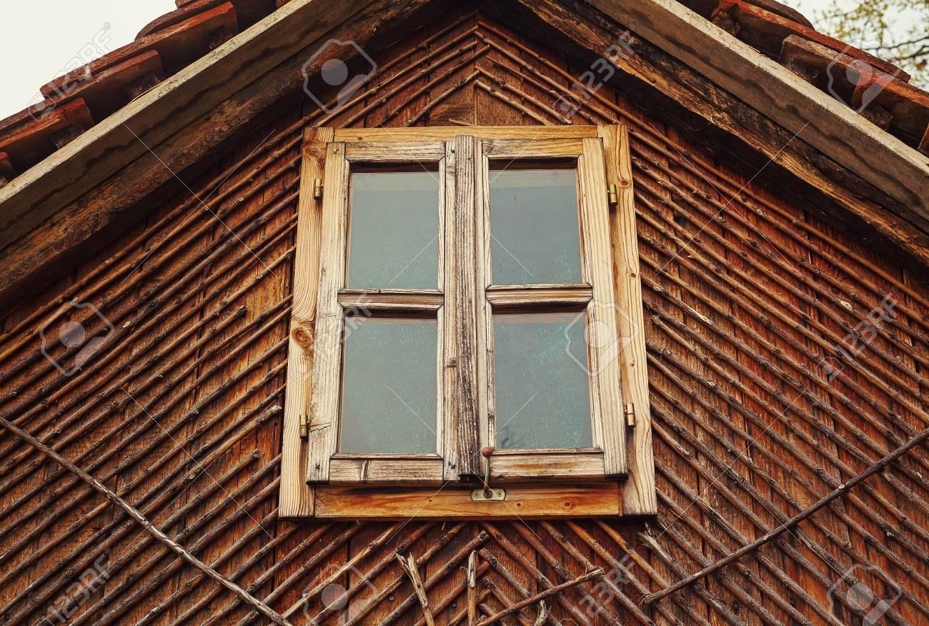Loft Habitación De Una Casa De Madera Vieja, Vista Al Aire Libre En ...