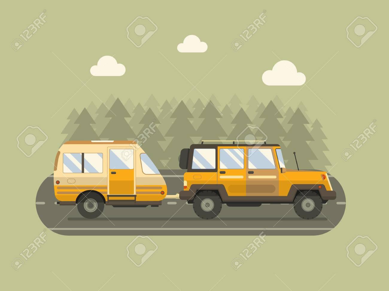Straßenfahrt Anhänger und SUV-Fahren auf Waldgebiet Straße. Familien Reisenden LKW Sommerreise-Konzept. RV Reise Landschaftsplakat. Camper auf Reise. Standard-Bild - 53508717