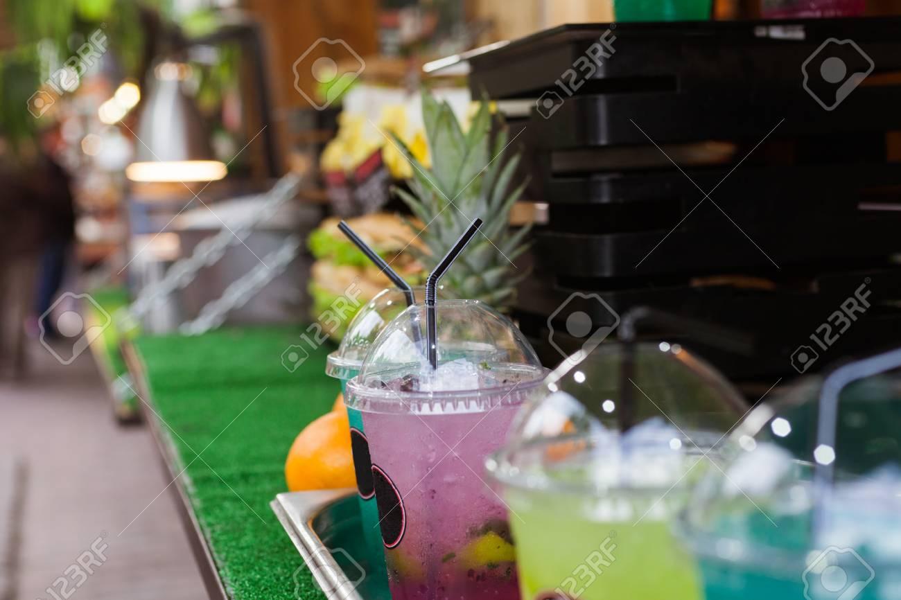 Bunte Kalte Getränke In Plastikbechern Mit Eis Auf Einer Straße Rack ...