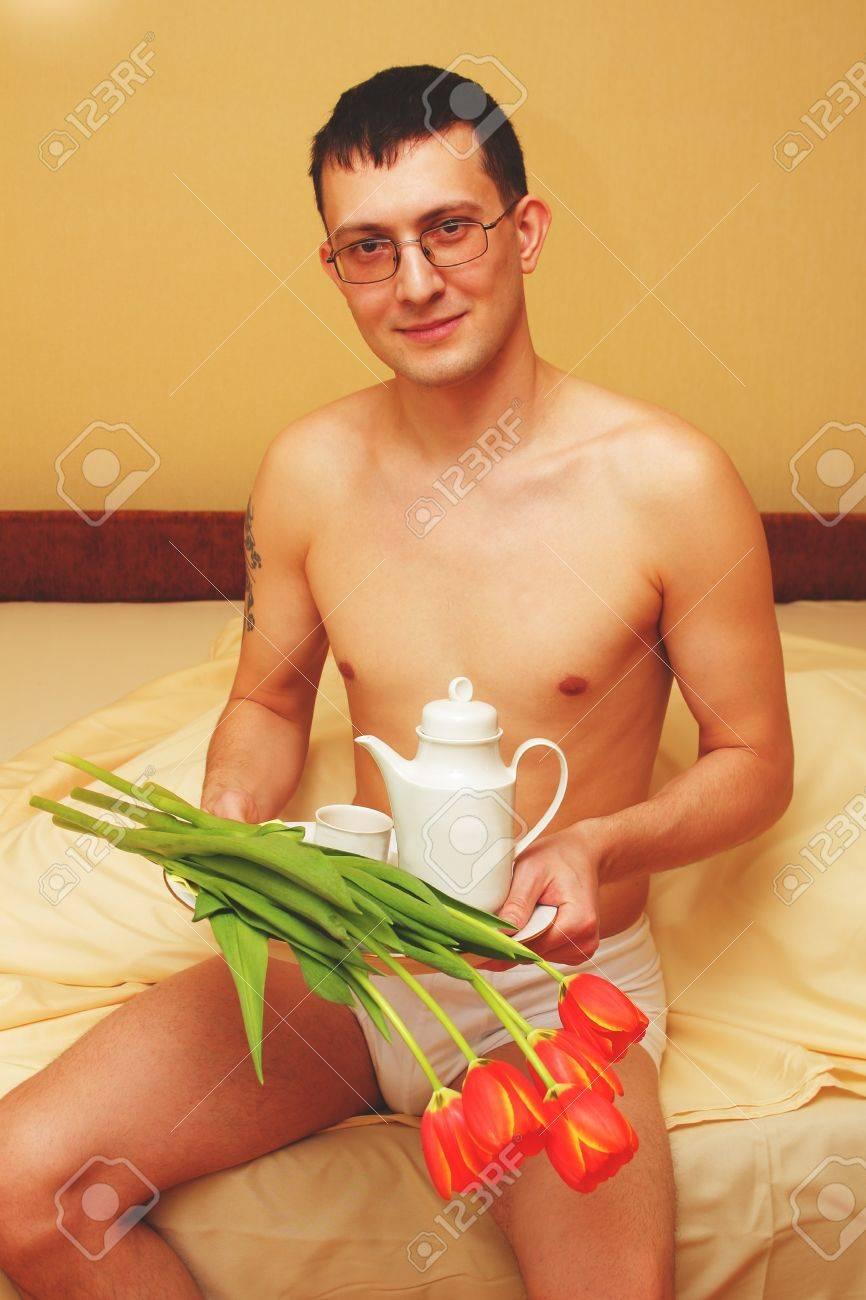 jeune homme romantique avec plateau et fleurs banque d - Plateau Romantique