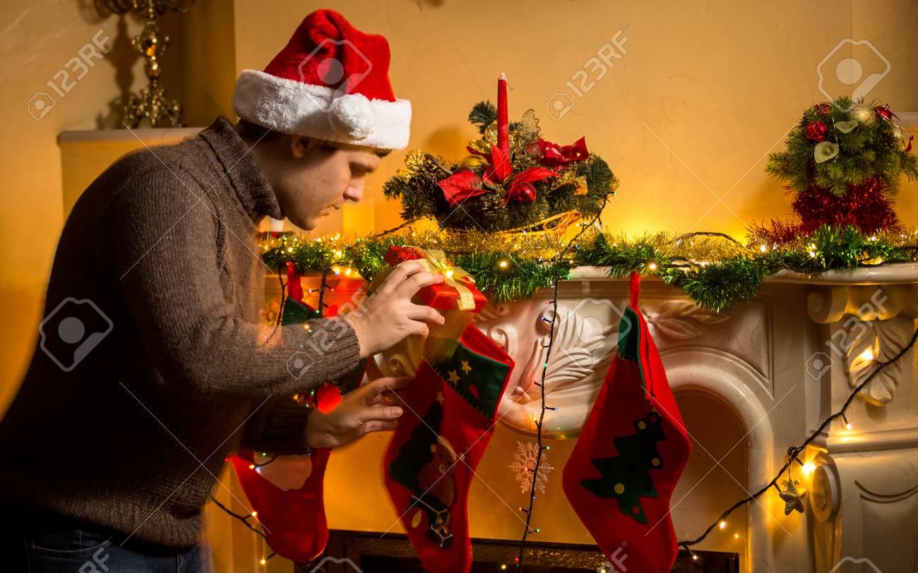 Porträt Der Jungen Vater Putting Geschenke Und Weihnachten Strümpfe ...