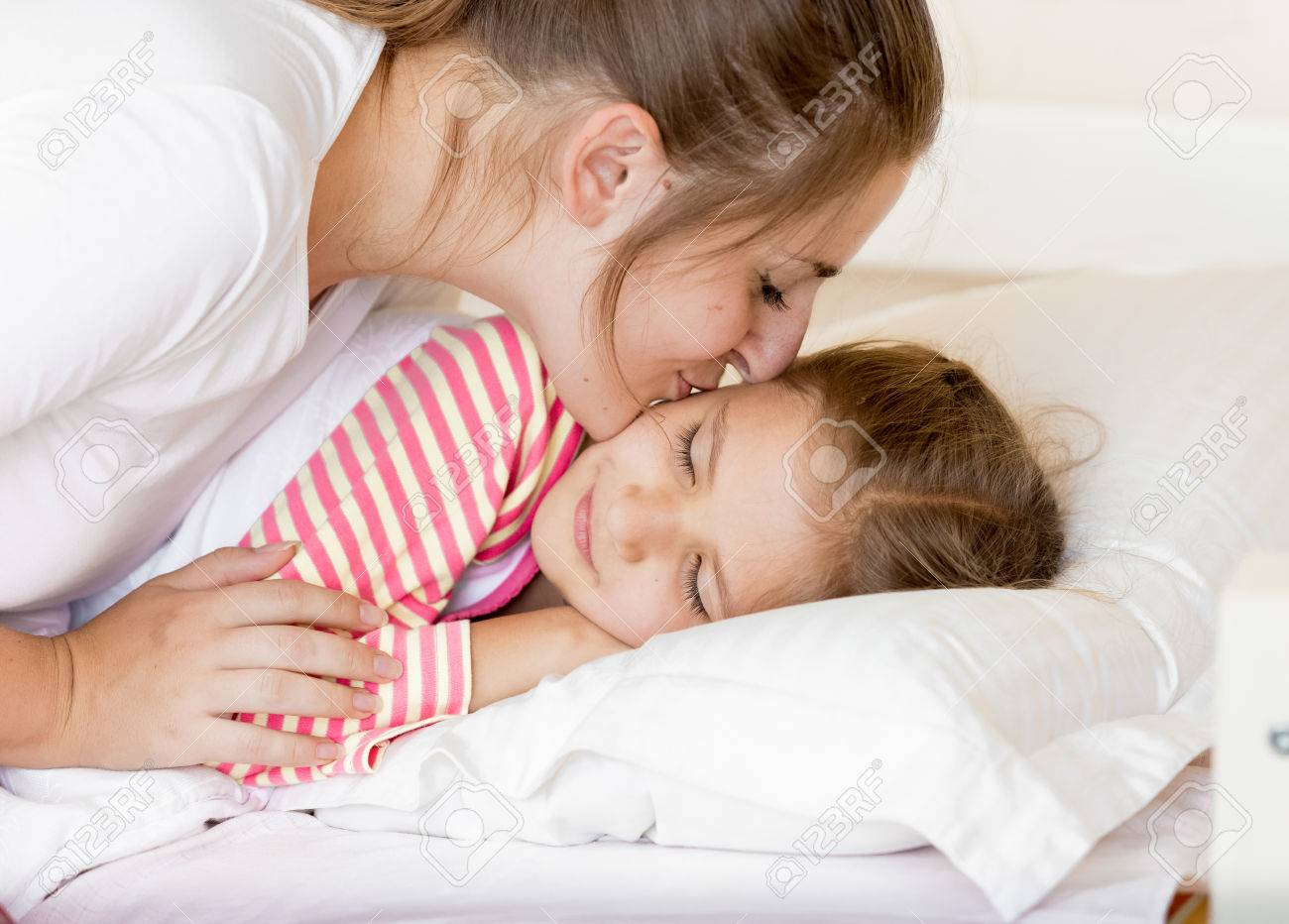 Трахнул красивую сестру пока она спала, У брата и сестры одна комната на двоих - видео ролик 9 фотография