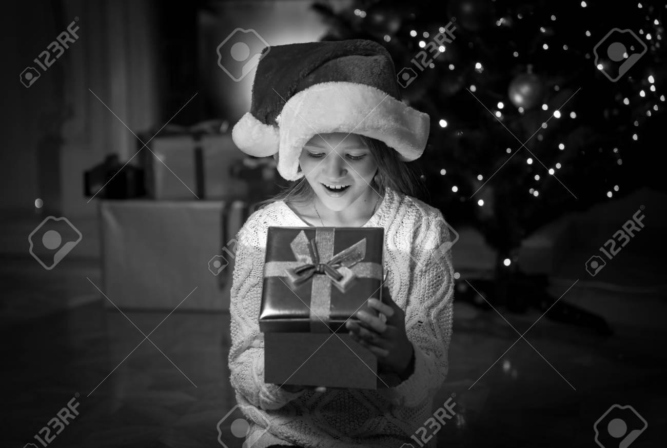 Schwarz-Weiß-Porträt Von Glücklichen Mädchen Erstaunt Innerhalb Von ...
