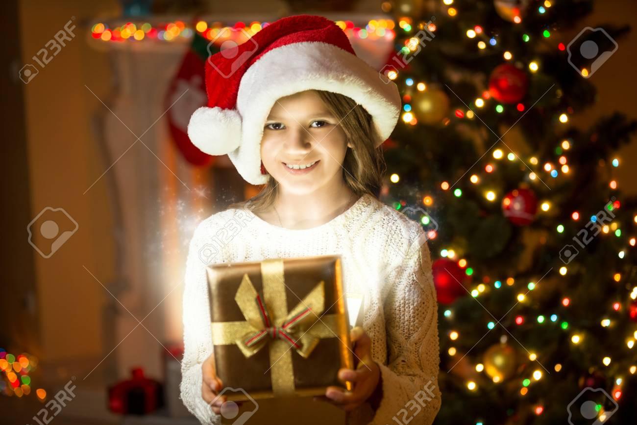 Portrait Der Schönen Lächelnden Mädchen Posiert Mit Glänzenden ...