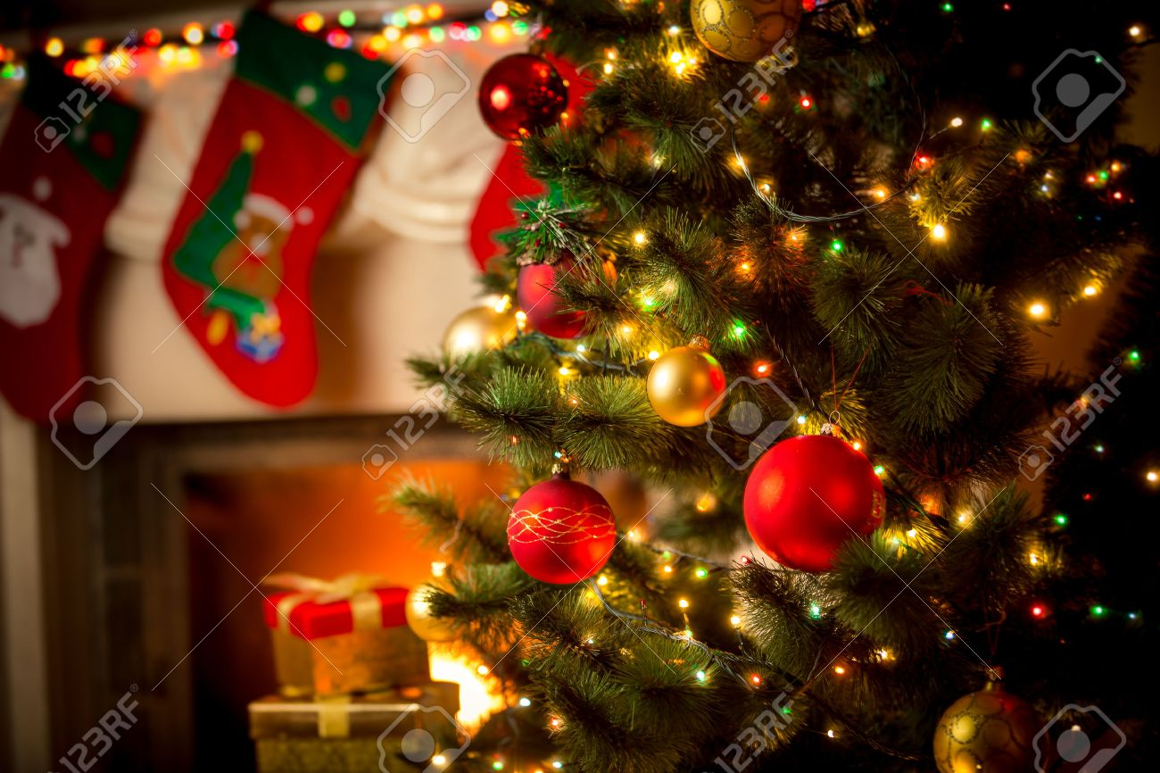 Hermosa Chimenea Decorada Y árbol De Navidad En Casa Fotos, Retratos ...