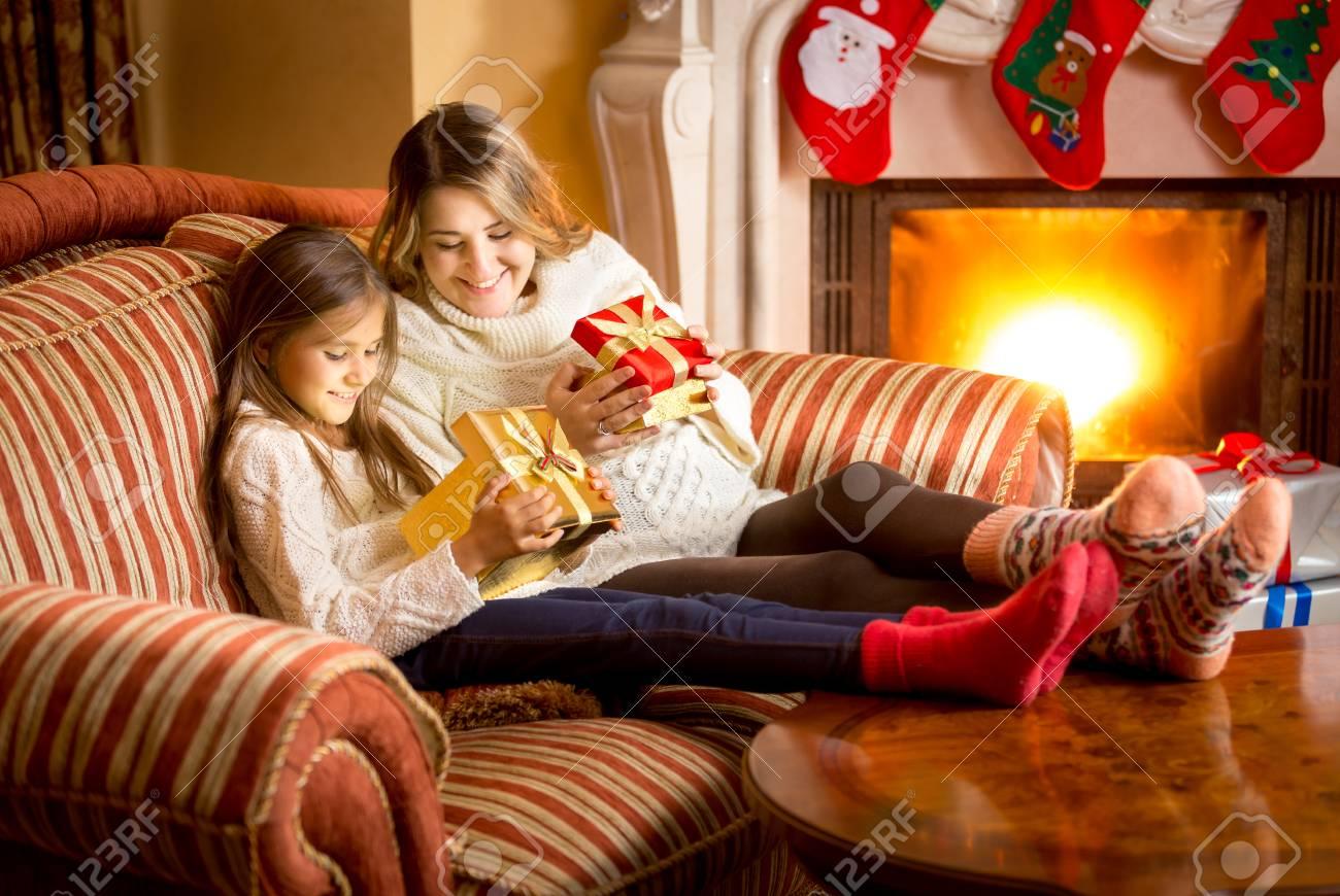 Glückliche Mutter Und Tochter Innerhalb Von Weihnachtsgeschenkkasten ...