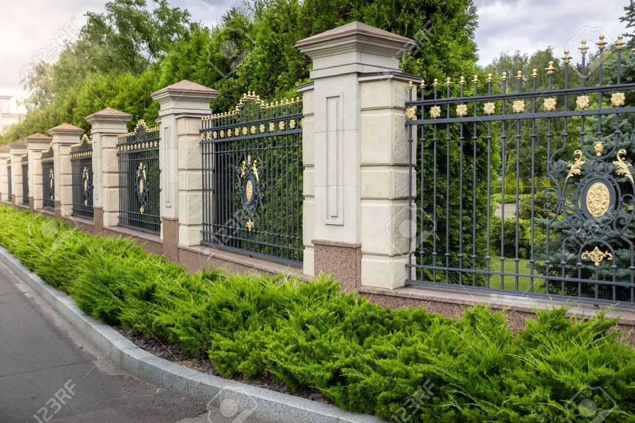 Schone Geschmiedeten Zaun Mit Gold Am Eingang Zum Luxus Villa Gemalt
