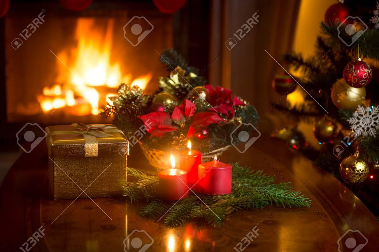 Schöner Weihnachtskranz Mit Roten Kerzen Im Wohnzimmer Mit ...