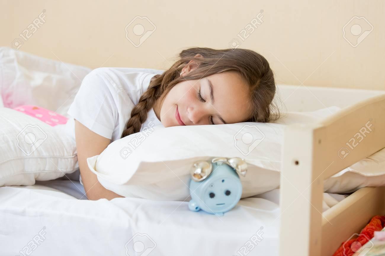 oreiller reveil Portrait De Belle Brune Adolescente Dormir Sur L'oreiller Réveil  oreiller reveil
