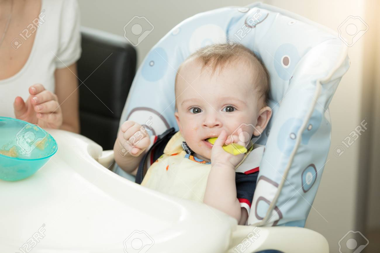 Hochstühle Für Babys Und Kleinkinder ~ 9 monate baby mit löffel sitzen im hochstuhl lizenzfreie fotos